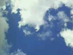 青く広がる午後の空の下…